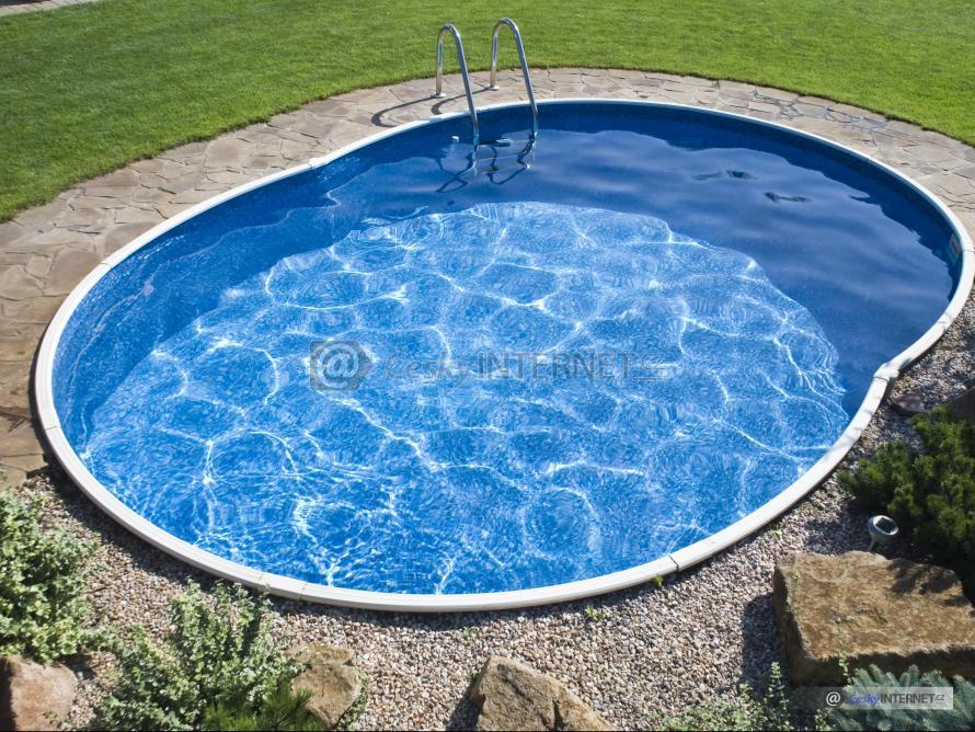 Zapuštěný bazén v zahradě.
