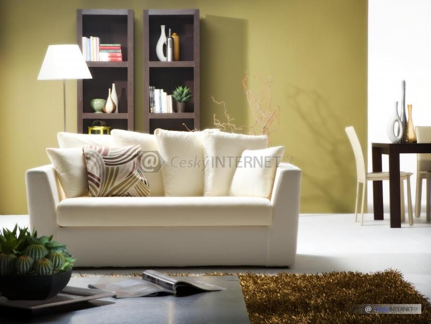 Detail sedací soupravy v obývacím pokoji.