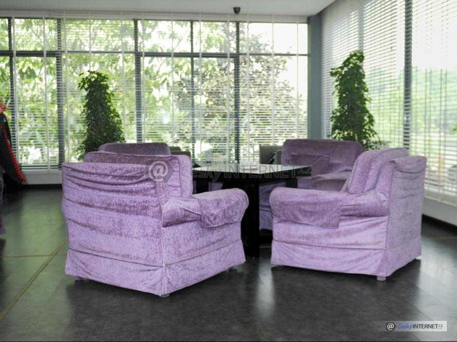 Sezení v prosklené místnosti.