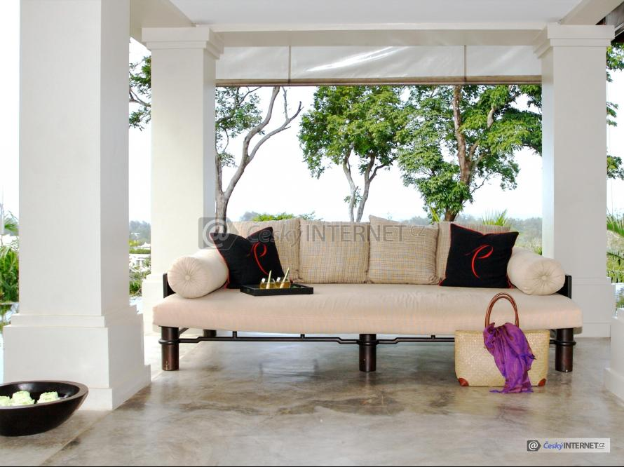Čalouněná sedací souprava na terase.