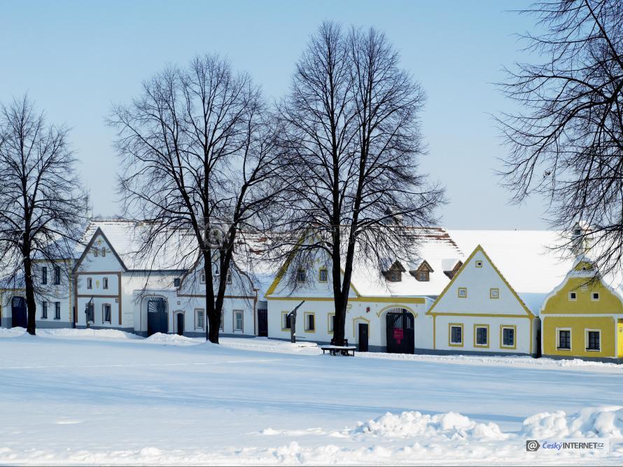 Chalupy v zimním období, sníh.