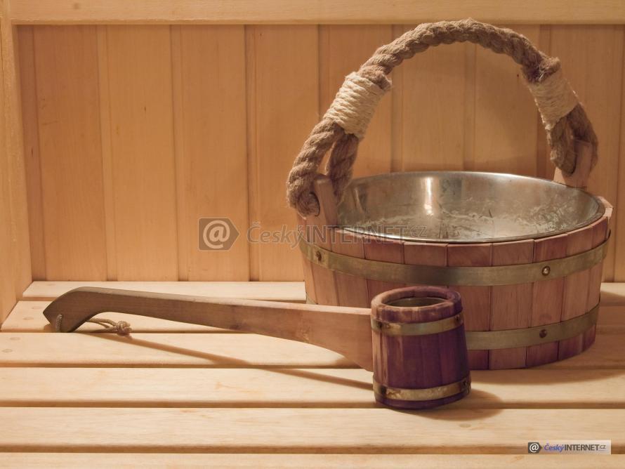 Vědro a naběračka v sauně.