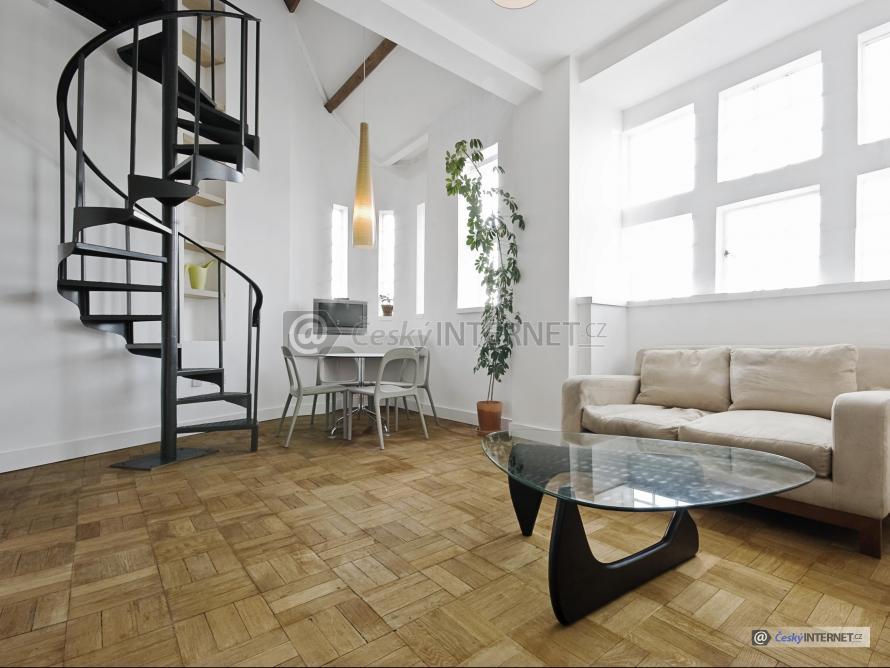 Spojení jídelního koutu a obývacího pokoje, schodiště.