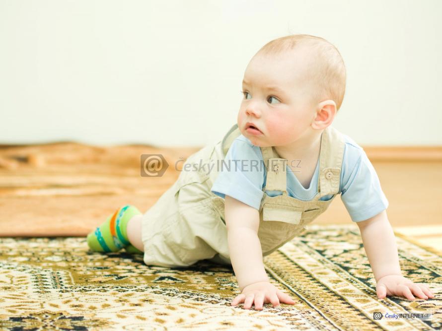 Dítě na koberci.