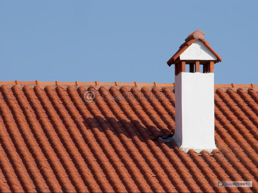 Detail střechy s komínem.