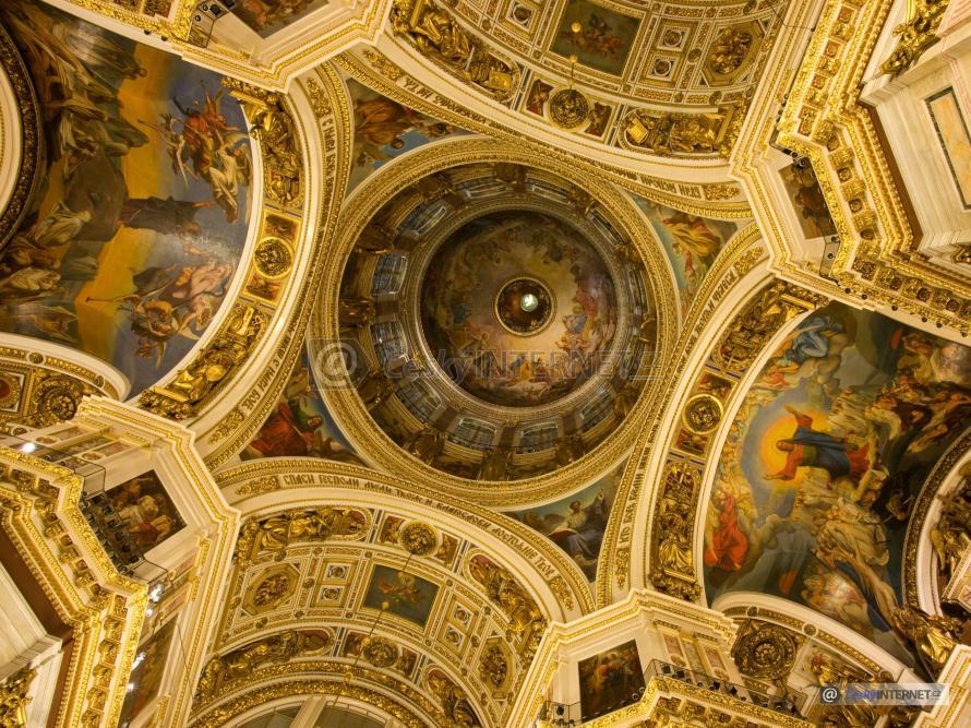 Detail nástěnných maleb na stropu a stěnách kostela, zlacení.