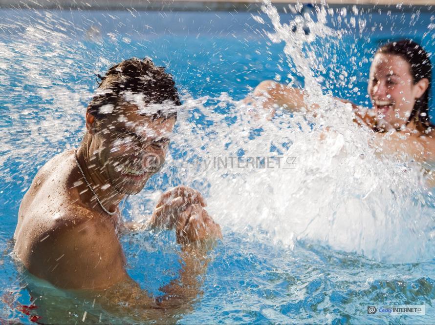 Muž se ženou v bazénu.