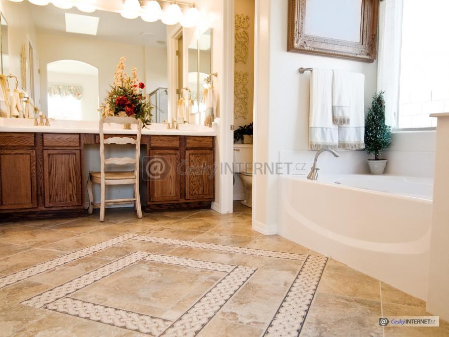 Prostorná koupelna, kombinace moderního a retro stylu, detail zdobné dlažby.