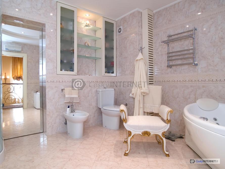 Moderní prostorná koupelna s retro prvky.