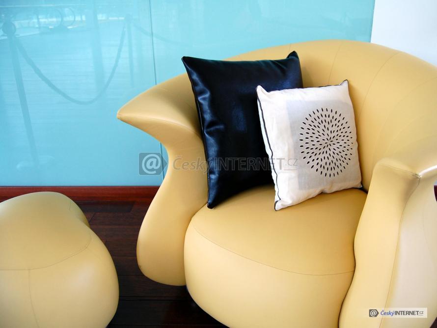 Béžové kožené křeslo s polštáři - detail.
