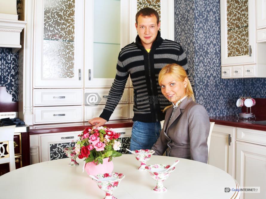 Lidé v kuchyni s retro prvky.