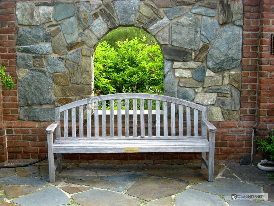 Detail dřevěné lavičky.