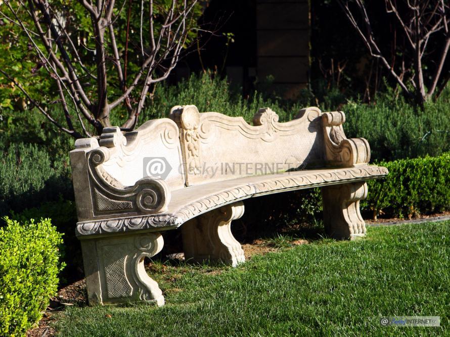 Kamenná lavička v zahradě.