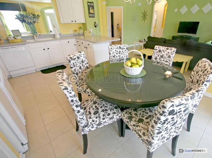 Spojení moderní kuchyně a jídelního stolu s obývacím pokojem.