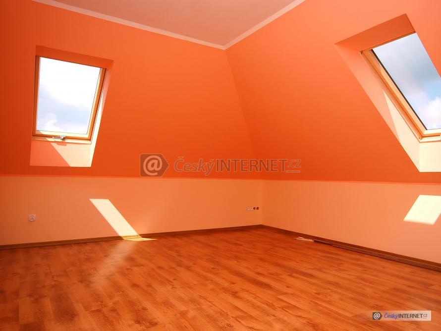 Moderní interiér, podkrovní místnost.