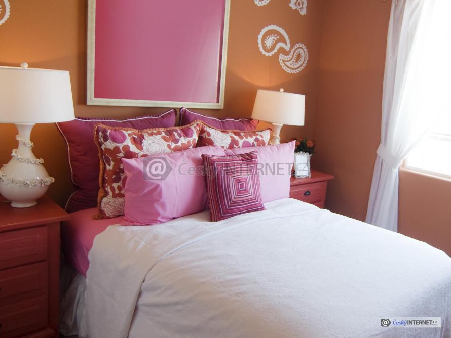 Detail manželské postele.