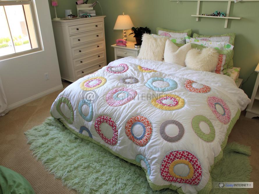 Ložnice, dvoulůžková postel.