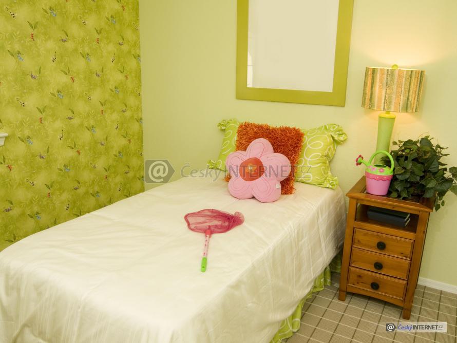 Detail jednolůžkové postele s nočním stolkem.