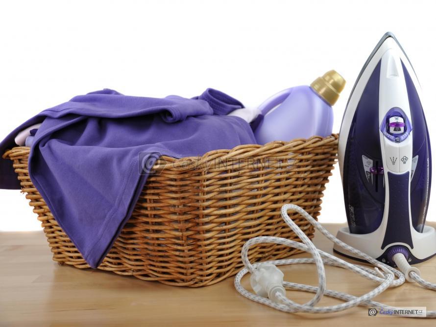 Ratanový prádelní košík.