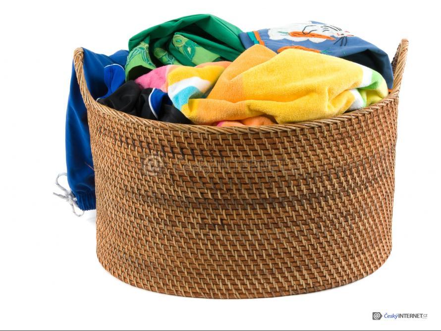 Detail prádelního koše s oblečením.