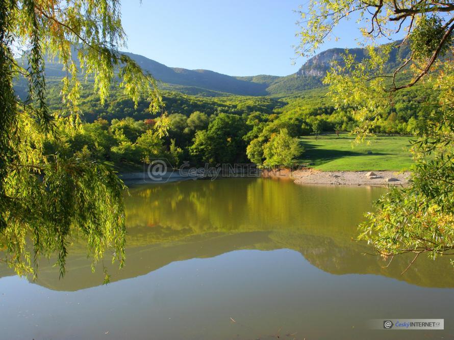 Konec léta - začínající podzim kolem vodní plochy.