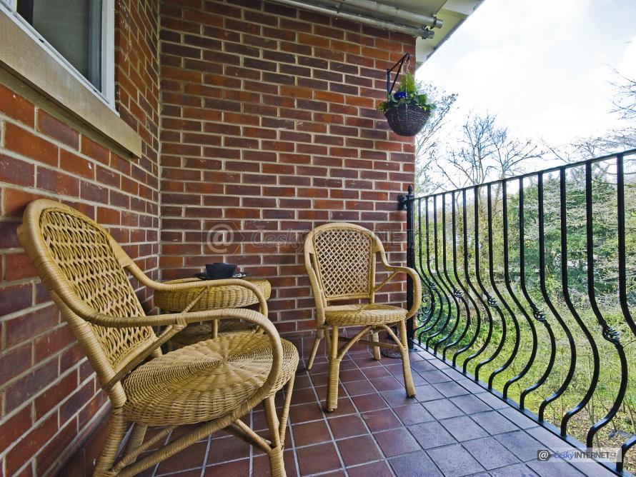 Ratanový nábytek na balkoně domu.