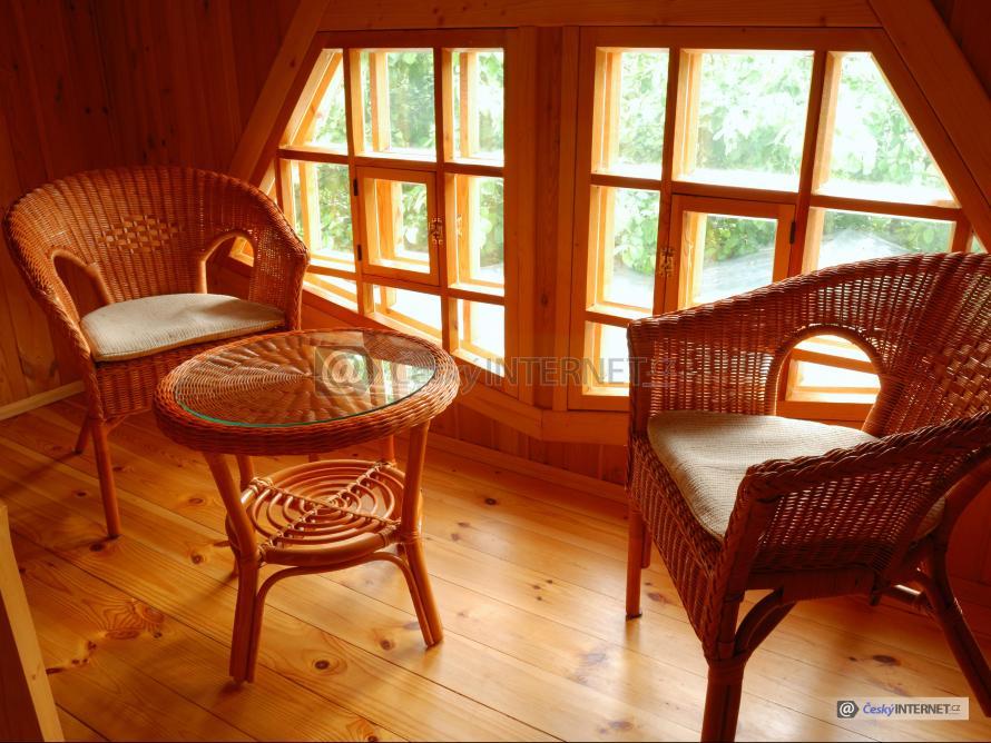 Ratanový nábytek v dřevostavbě.
