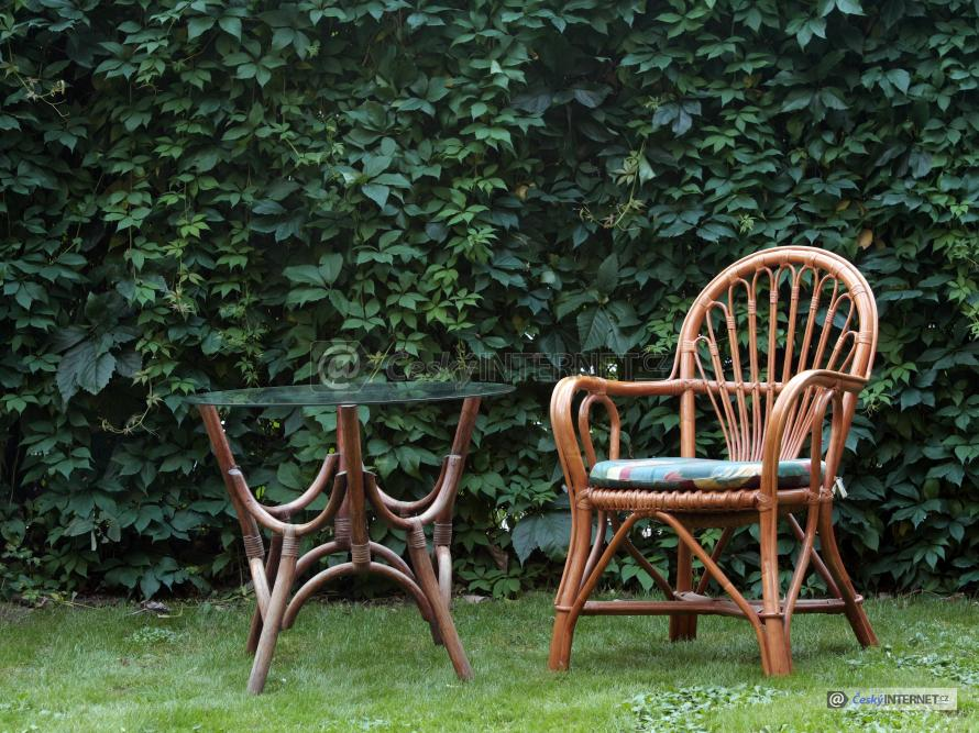Ratanový nábytek na zahradě.