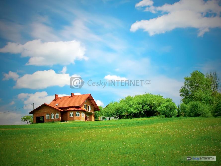 Rodinný dům na rozlehlém pozemku, novostavba bez fasády.