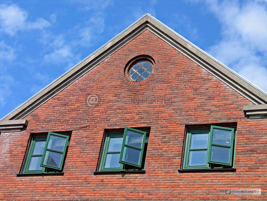 Štít rodinného domu, lícové zdivo, okna.