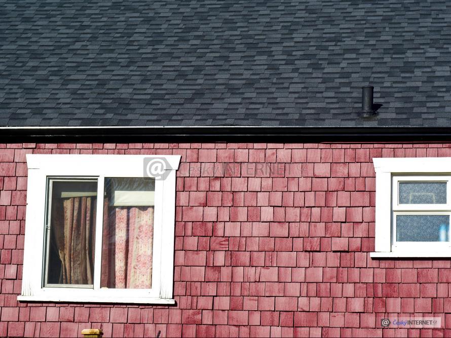 Detail obkladu fasády domu, oken a střechy z asfaltového šindele.