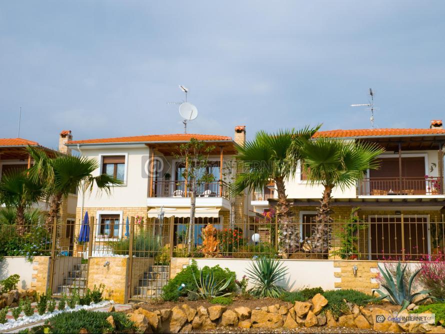 Rodinné domy v exotickém prostředí.
