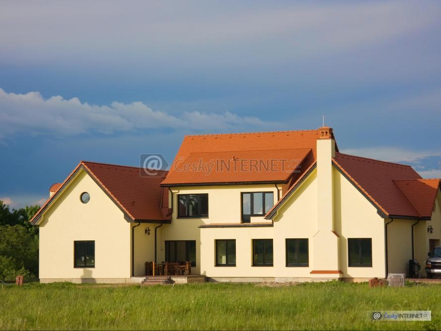 Veliký rodinný dům, v okolí příroda.