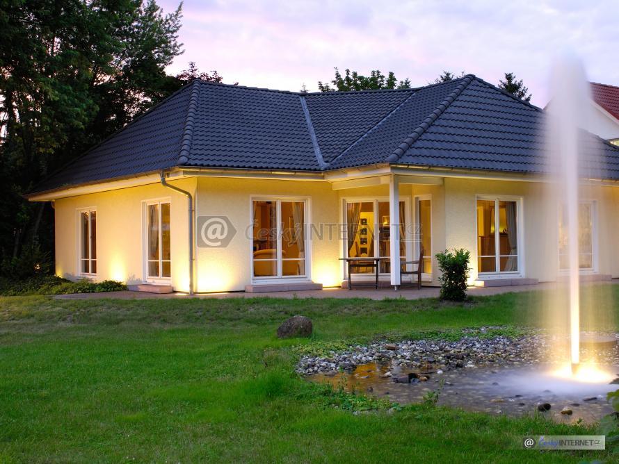 Rodinný dům s jezírkem a vodotryskem.