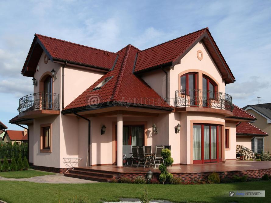Veliký rodinný dům s terasou.