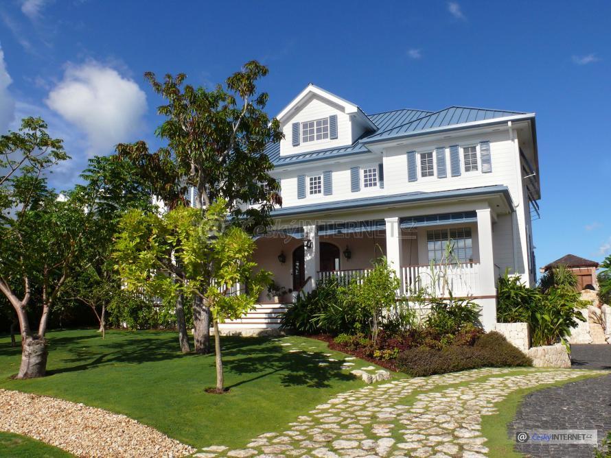 Velký rodinný dům s okrasnou zahradou.