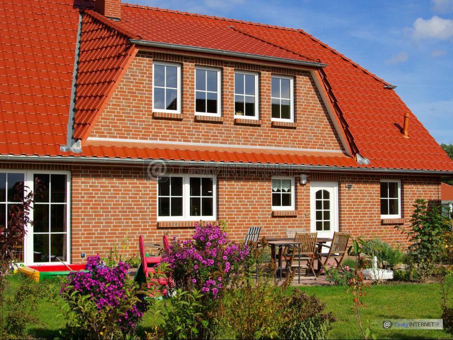 Rodinný dům s okrasnou zahradou, lícové zdivo.