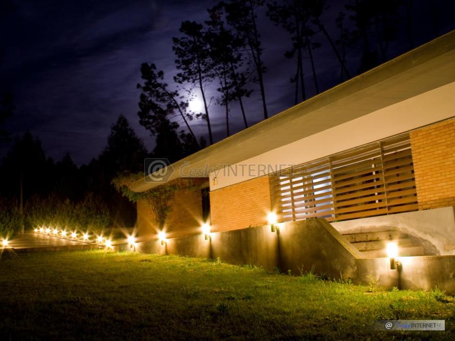 Noční pohled na osvětlený dům.