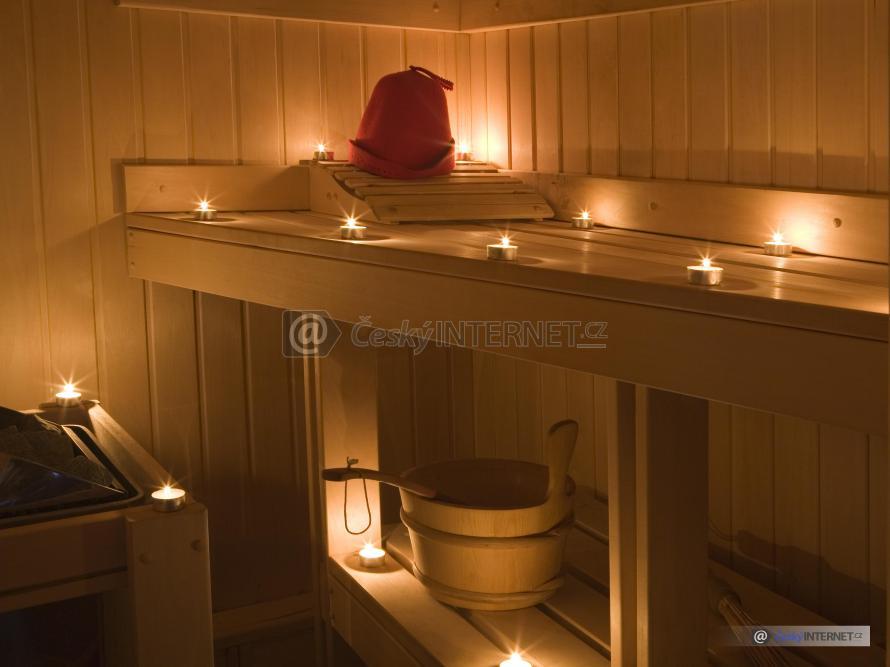 Detail sauny při svíčkách.