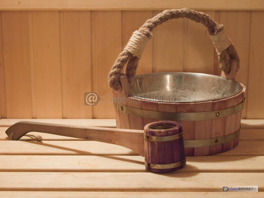 Detail saunové naběračky a nádoby na lavici.