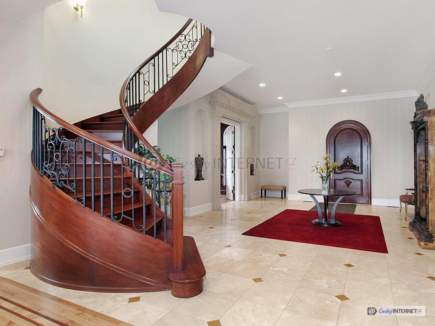 Interiér s retro prvky, schodiště.