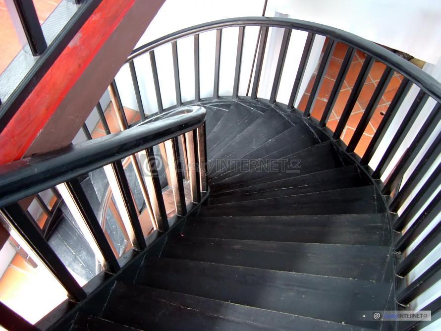 Detail dřevěného schodiště.