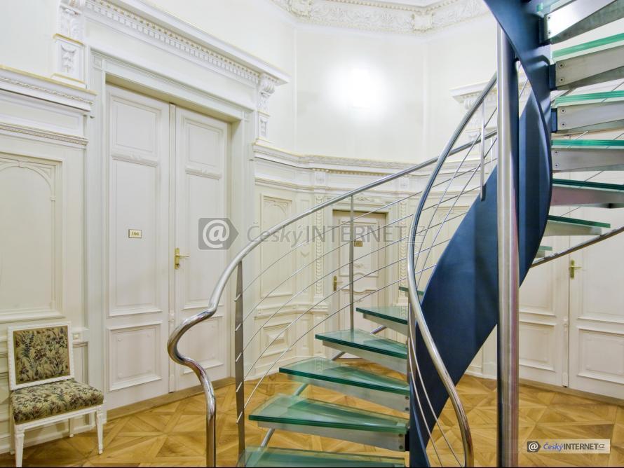 Moderní interierové schodiště v místnosti s retro prvky.