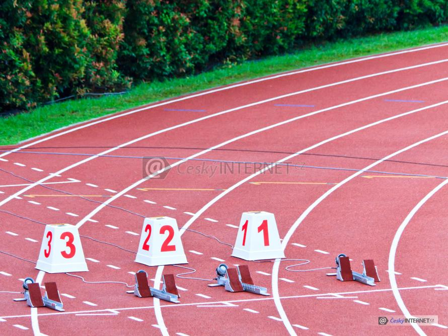Startovní bloky na běžecké dráze.