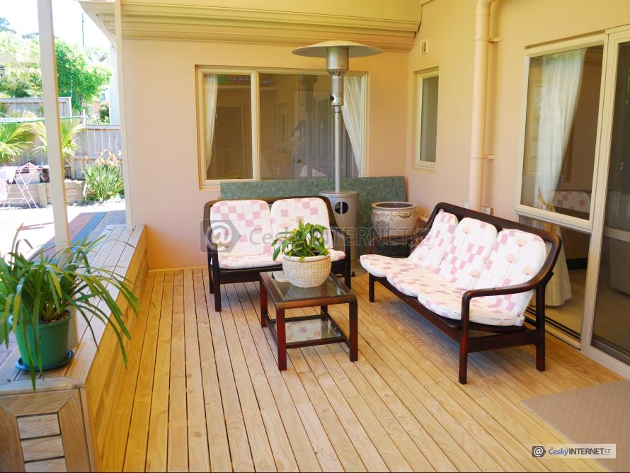 Dřevěná terasa, zahradní nábytek.