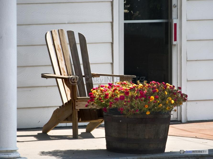 Dřevěná židle na terase.