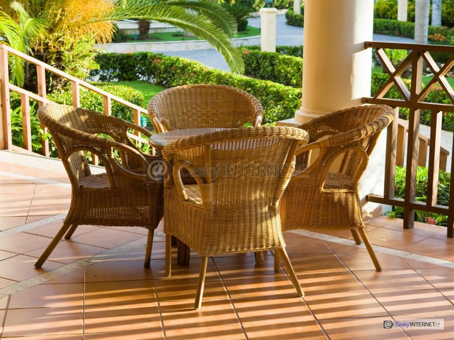 Ratanový nábytek na terase.