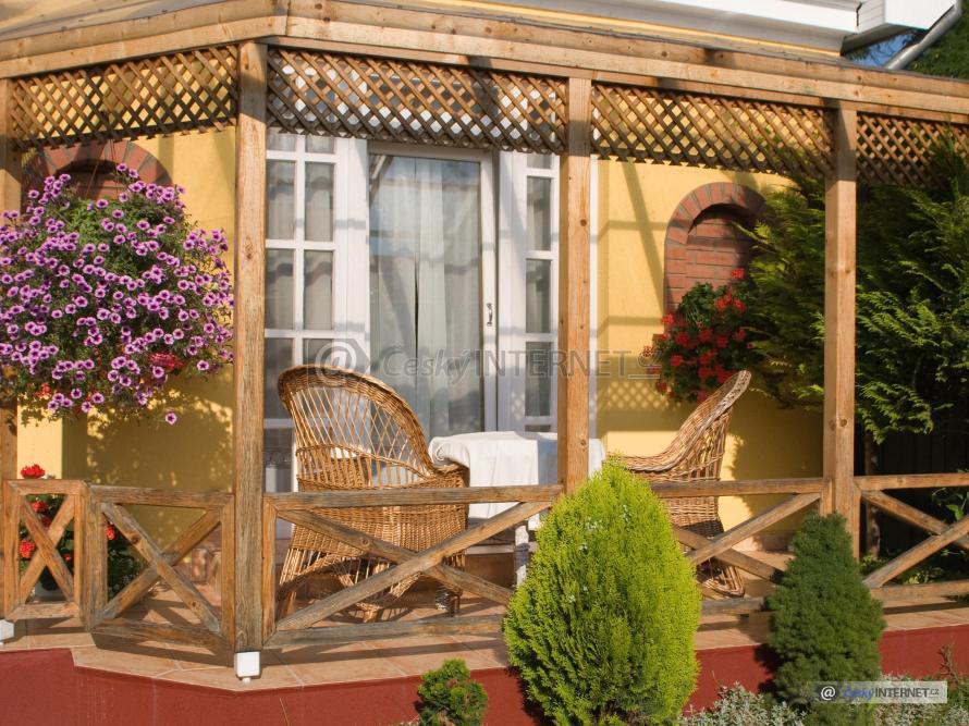 Sezení na terase u domu.