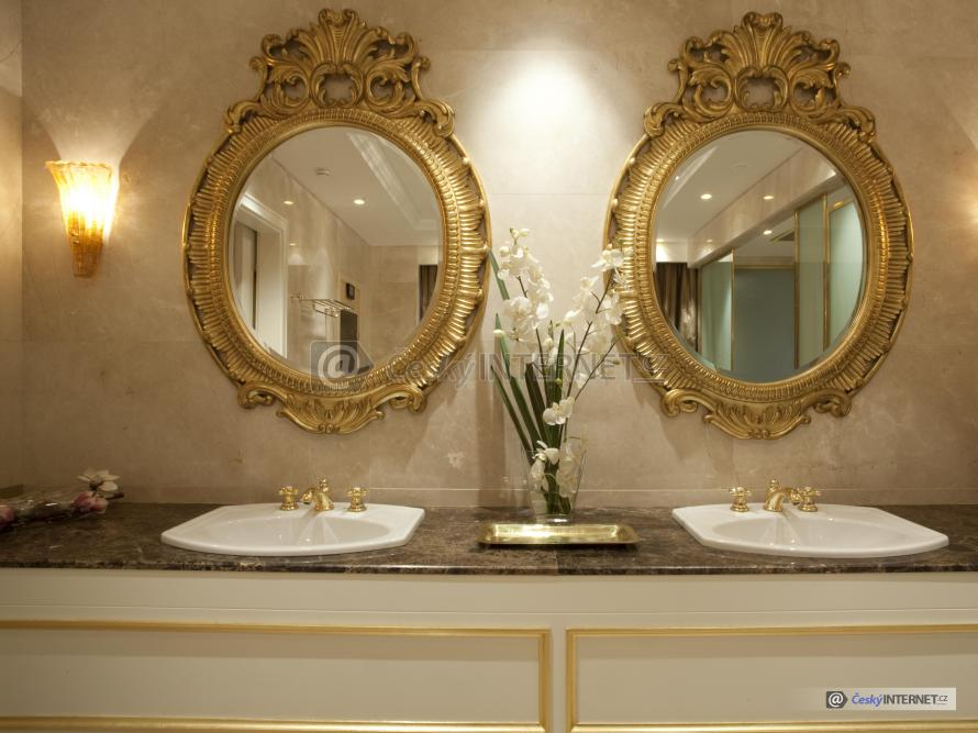 Umyvadla a zrcadla v retro stylu.