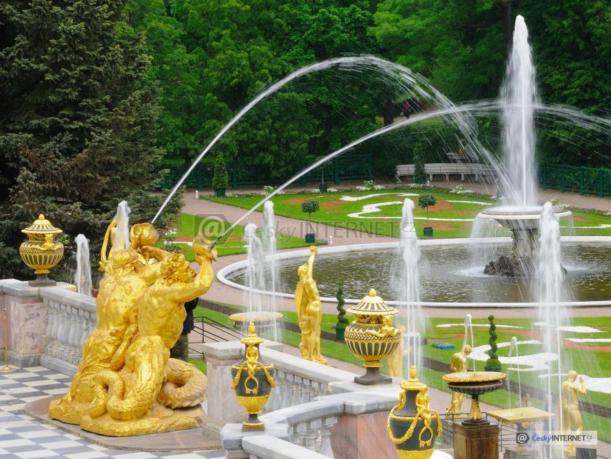 Zámecká zahrada s fontánou.